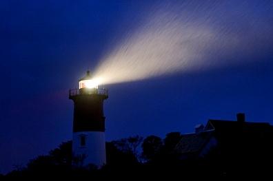 El faro de Nauset brillando durante una noche de tormenta, Eastham, Massachusetts, EE.UU.